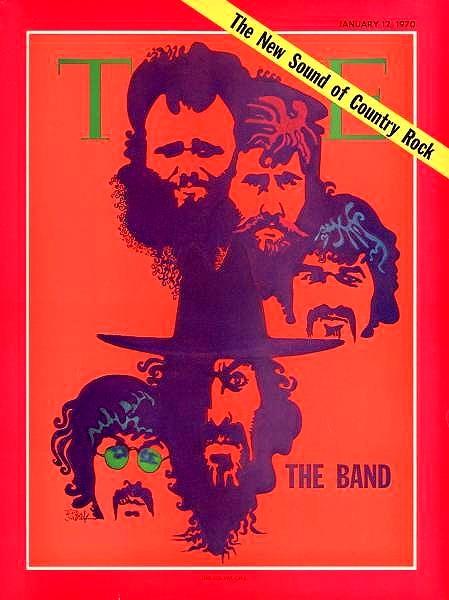 Une image de la une du Time Magazine. Des illustrations des visages de cinq hommes sont disposées verticalement sur un arrière-plan rouge. Le visage du bas porte des lunettes. Celui qui est au-dessus de lui porte un chapeau. À côté des visages, on peut lire les mots «The Band». Le mot «Time» est derrière les visages les plus élevés. En haut à droite de la couverture, en diagonale, se trouve une bannière jaune sur laquelle on peut lire «The New Sound of Country Rock».