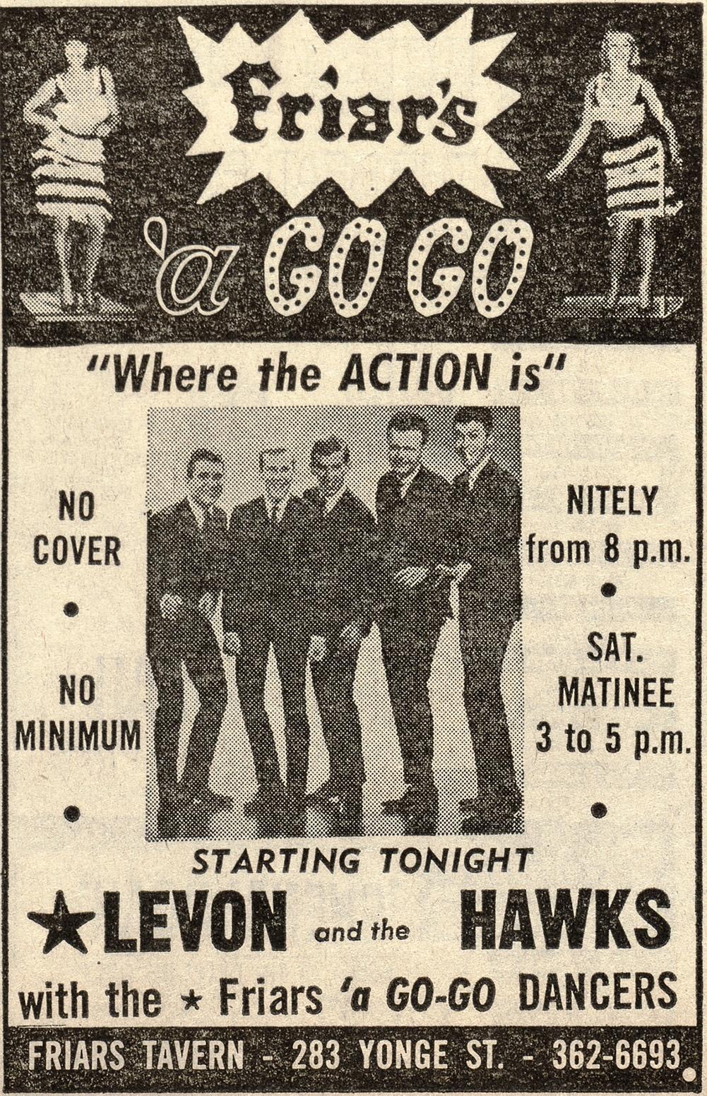 Une affiche annonçant «Friar's 'a Go Go» à la Friar's Tavern. Des photos de danseuses sont affichées dans les coins supérieurs gauche et droit du prospectus. Au milieu de celui-ci, on voit cinq hommes en complet qui regardent l'objectif. Le prospectus les présente sous le nom de «Levon and the Hawks» avec les «Friars 'a Go-GoDancers». Il donne aussi des informations supplémentaires telles que «Pas de frais d'entrée, pas de minimum, tous les soirs à partir de 20heures, sam. matin de 15 à 17heures».
